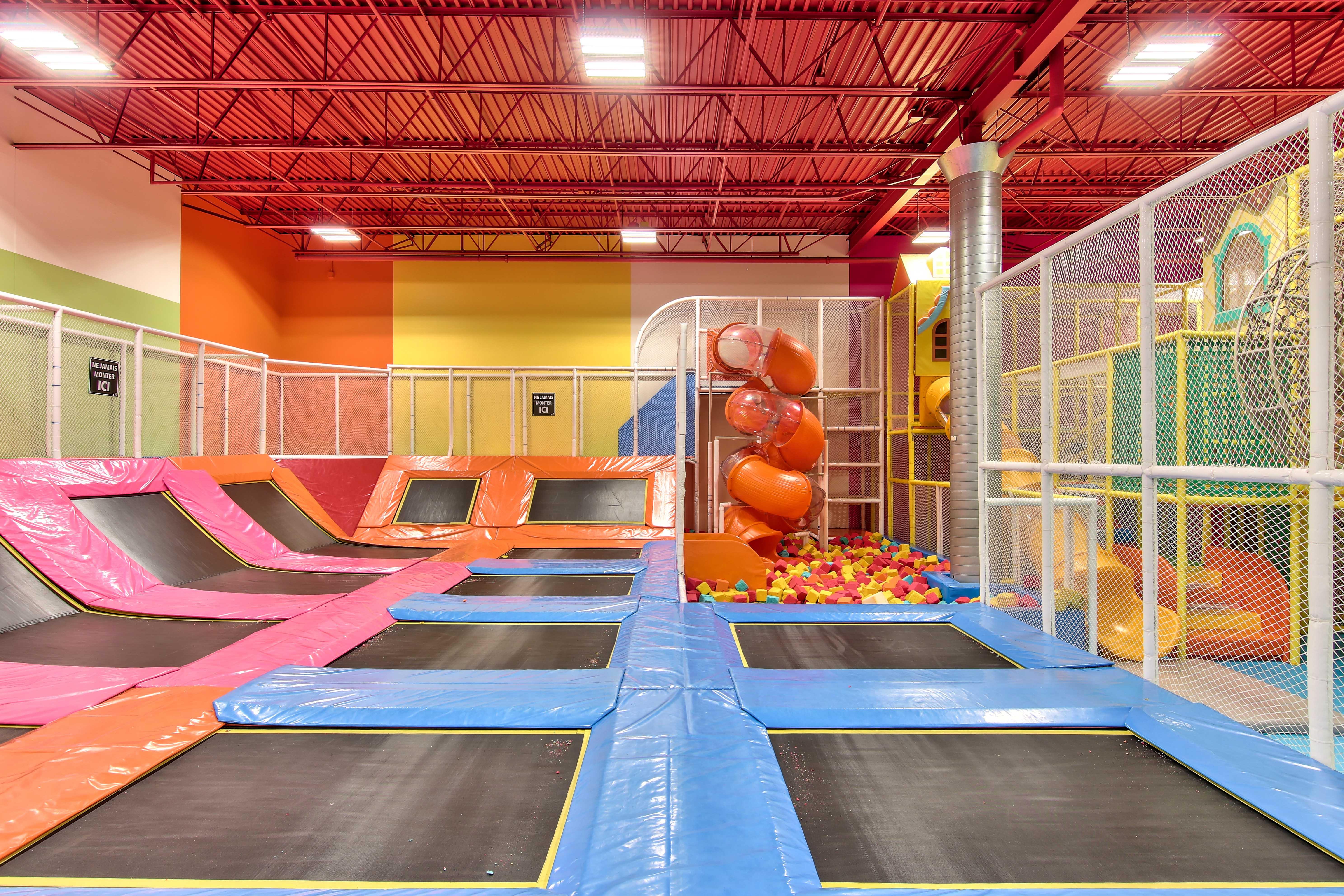 Trampolines intérieur , centre d'activité intérieur, toboggan , dépense d'énergie , activité à faire, pour enfant , centre amusement